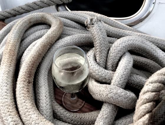 Weinglas auf dem Boot